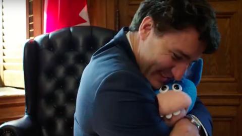 Ezúttal egy unikornisbábuval cukiskodott a kanadai miniszterelnök – videó