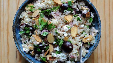 Nyári quinoasaláta cseresznyével és fetával