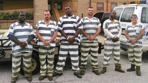 Szökés helyett mentőt hívtak az elájult börtönőrhöz a rabok
