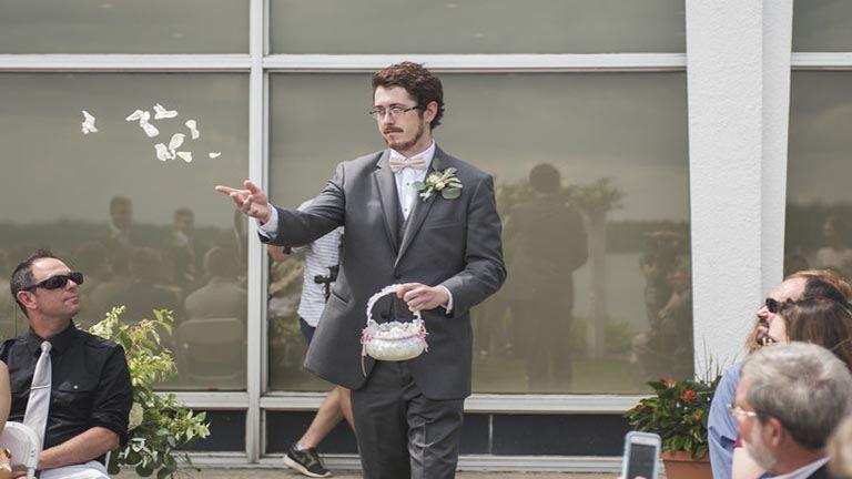 Cuki kislányok helyett egy szőrös férfi hintette a virágokat ezen az esküvőn