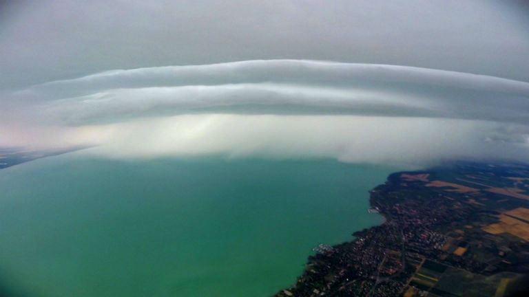 Időjárás: gyönyörű zivatarfellegeket fotóztak a Balaton felett