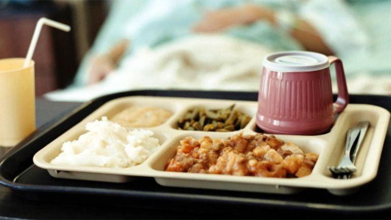 Rendhagyó módon tálalja a reggelit a váci kórház – fotó