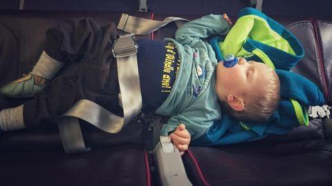 Kisbabával repülni? Haditerv kell a túléléshez!