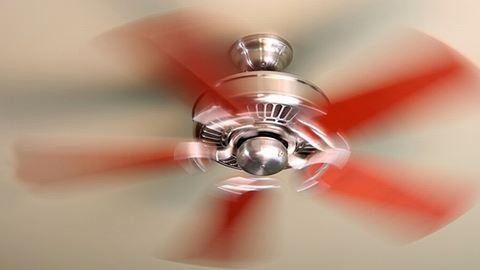 Tolonganak az emberek a ventilátorokért