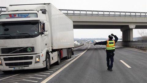 Kilencvenegy menekült lapult a kamionban Nagylaknál