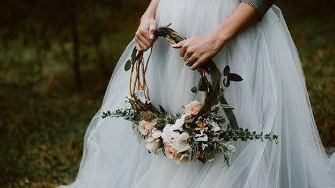 Koszorúval vonulnak az oltár elé csokor helyett a trendi menyasszonyok