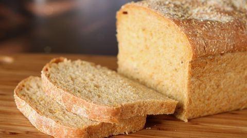 Kukacok tekeregtek a frissen vásárolt kenyérben