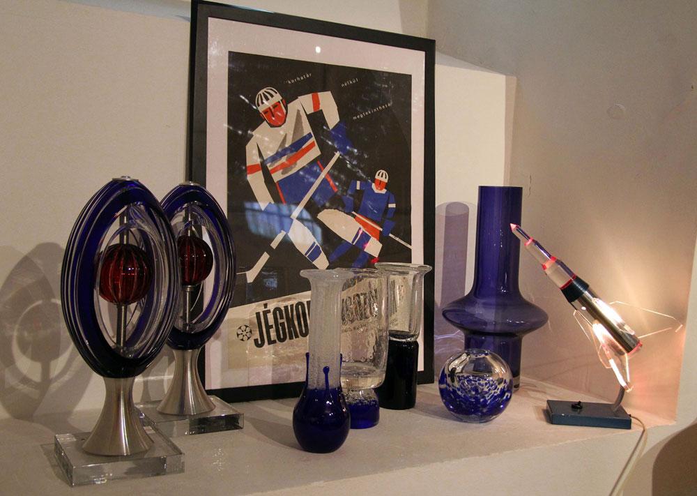Langh Péter kedvencei az üvegtárgyak. A miénk a kép jobb szélén látható, szinte új állapotú szovjet rakétalámpa 1960-ból (Fotó: Badits Marcell)