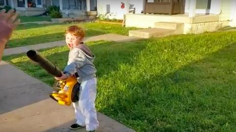 A kisfiú megismerkedett a levélfújó erejével – vicces videó
