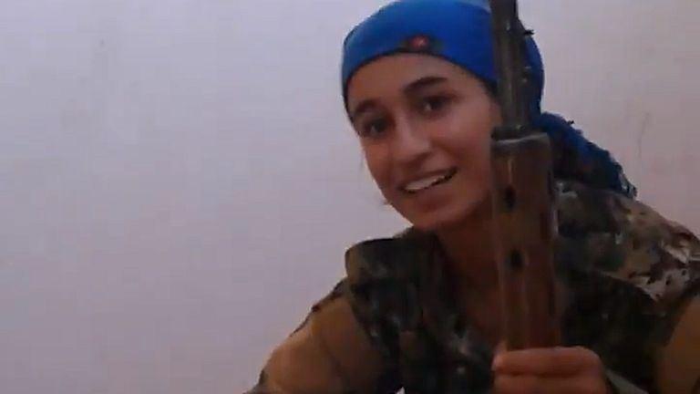 Majdnem fejbe lőtték, de csak vigyorog ez a vagány lány – videó