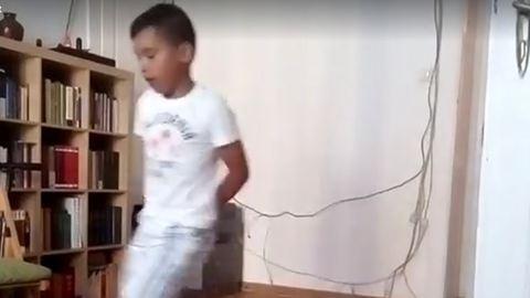 Nézd meg, hogyan járja a rábaközi néptáncot egy afgán kisfiú!