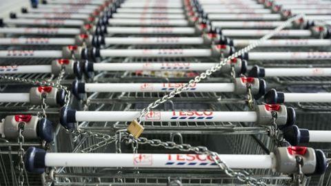 Bevásárlókocsikkal vonnák blokád alá a Tescókat az alkalmazottak