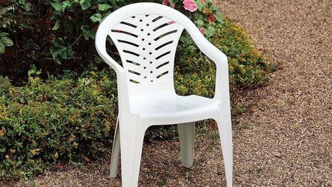 Műanyag székeket rakott be ülés helyett a buszba - fotók