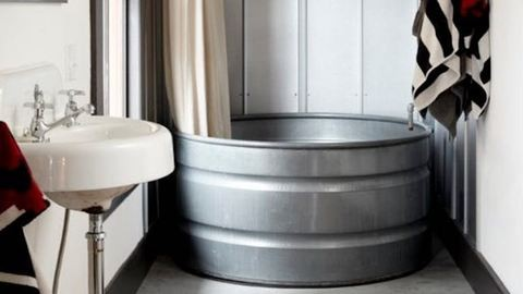 Felejtsd el a sarokkádat, a víztartályból lett fürdőkádnál most nincs menőbb!