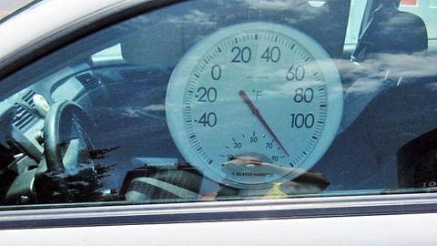 Kéthónapos kisbabát hagytak a forró autóban, nem tudták megmenteni