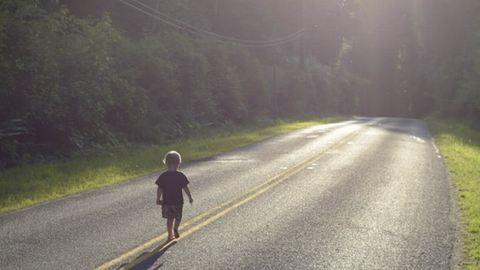Autók mellett találták meg az elkóborolt kisfiút, plüsspingvinjét szorongatta