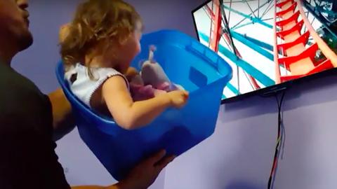 Kreatív módon varázsolta a hullámvasutat az otthonukba az apuka – videó