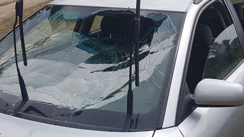 Tóba hajtott egy autó, pecázó rendőrök mentették ki az utasokat