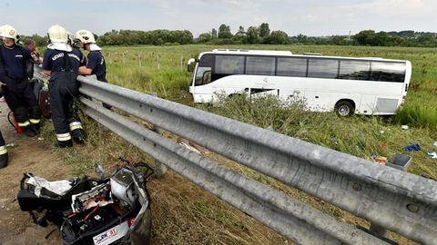 Árokba borult egy busz az M3-ason, 22 sérült