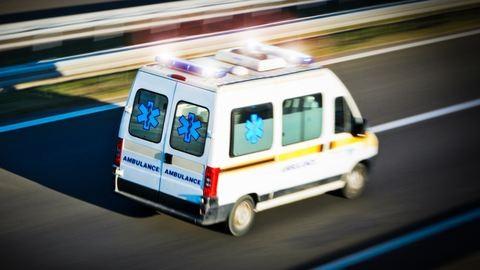 Segíteni jött a mentős, rátámadt a beteg