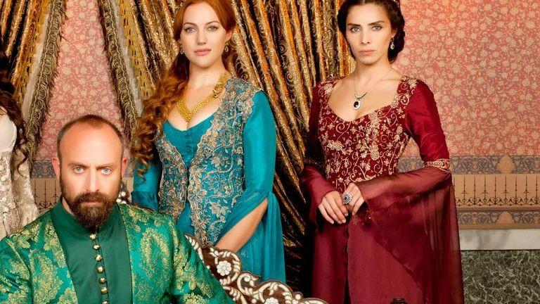 Cikizik a Szulejmán szereplőjét a ruhája miatt – nézd Meryem Üzerli és Nur Fettahoglu fotóit