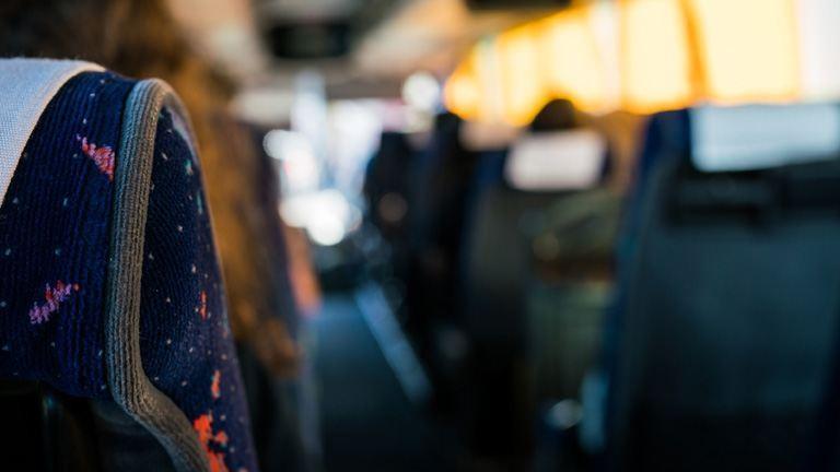Menet közben kettészakadt a csuklós busz