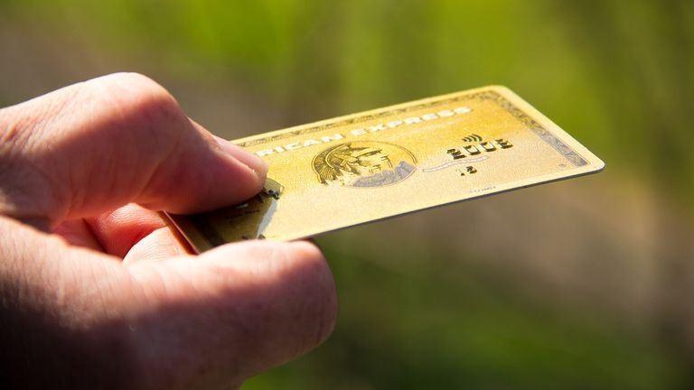 Bankkártyákat hívnak vissza Magyarországon