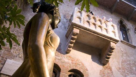 Kőművesek veszik kezelésbe Júlia erkélyét Veronában