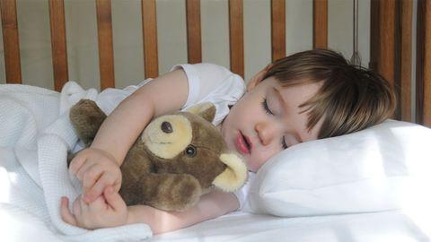 Rendőrök keresték az ágy alatt alvó kisfiút