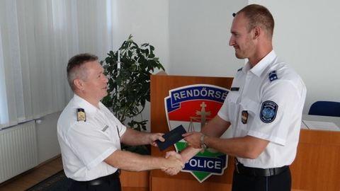Műanyag villával mentette meg a fuldokló életét egy rendőr