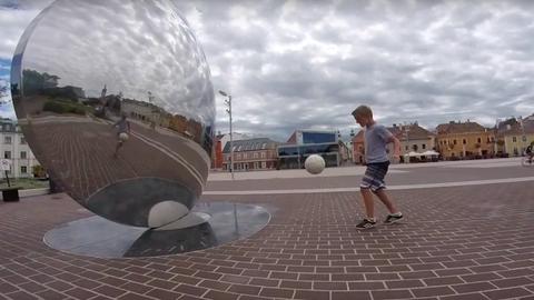 Nézd meg, milyen ügyesen dekázza végig Győr legszebb helyeit ez a kissrác! – videó