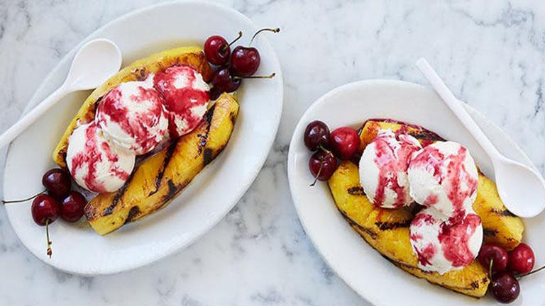 Grillezett ananászos fagyikehely cseresznyeszósszal