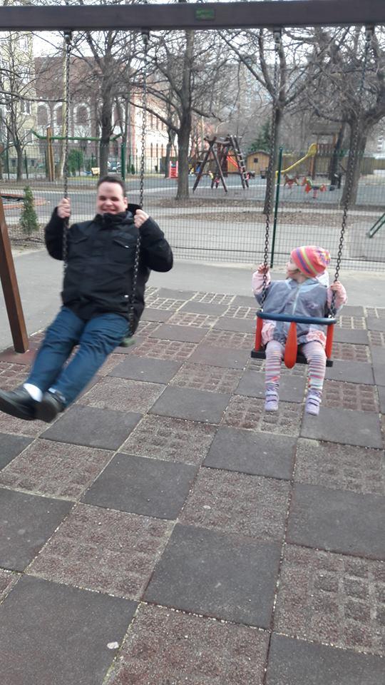 Már fényfoltokat sem lát Viktor, aki egyedül neveli kislányát