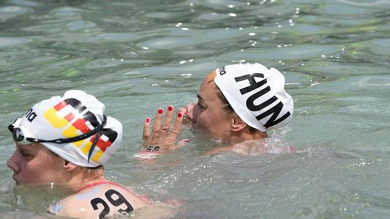 Olasz Anna (j) és a német Finnia Wunram 17. vizes világbajnokság női, 10 kilométeres nyíltvízi úszás versenyszámának döntője végén Balatonfüreden 2017. július 16-án. MTI Fotó: Szigetváry Zsolt