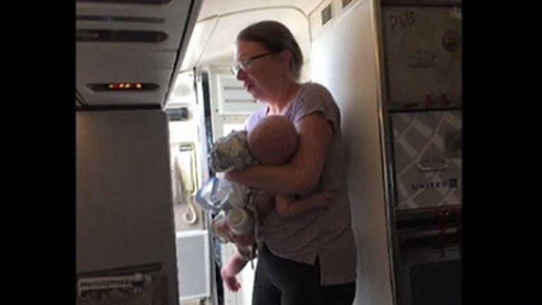 Felhevült a kisbaba teste a repülőn, életveszélyben volt