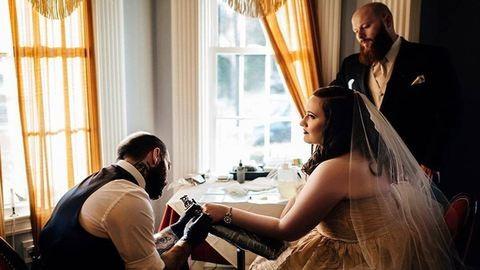 Az ifjú párt és az összes vendéget televarrja az esküvők tetoválóművésze