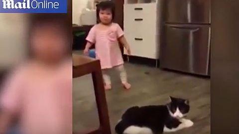 Lazán kigáncsolta a macska a cuki kislányt - vicces videó