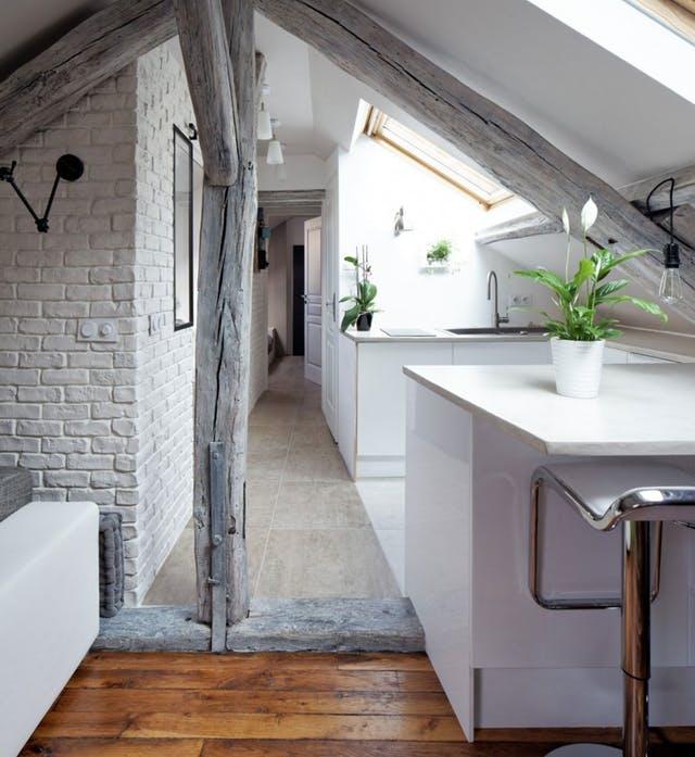 Csodás lakássá alakult ez a párizsi padlástér