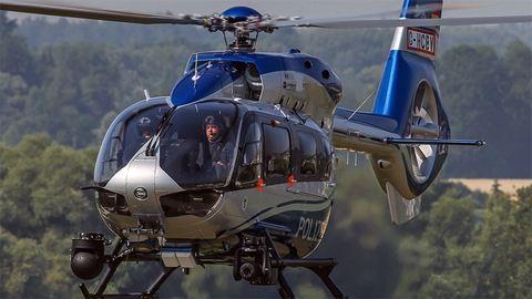 Helikopterrel keresik a fegyverest, kiürítettek egy iskolát