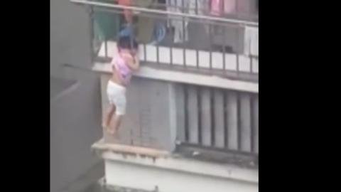 Beszorult az erkély rácsai közé – magatehetetlenül lógott a negyedikről a négyéves