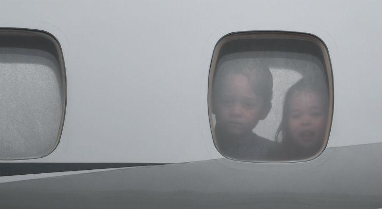 György herceg és Charlotte hercegnő a repülőgép ablakából figyelte, ahogy a gép a helyére gurul