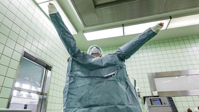 """""""Az itteni orvosok több millió hálapénzt tesznek zsebre havonta"""" –  kitálal a műtősnő"""