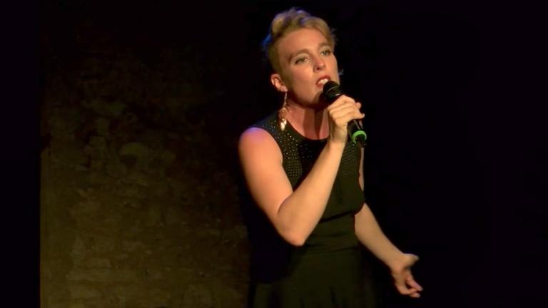 Összeesett a színpadon és meghalt a gyönyörű énekesnő