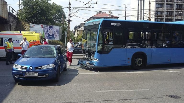 Buszbaleset a Thököly úton, tíz ember megsérült – fotók