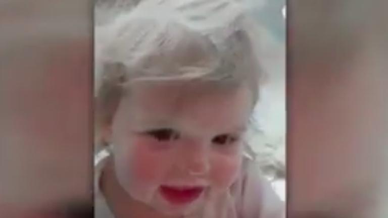 Hintőporból csinált magának fürdőt a cuki totyogó - videó