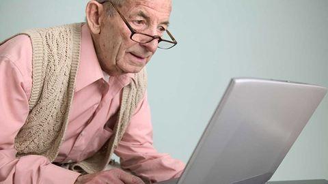 Borzasztó aranyosan próbálja megtanulni a nagypapa az emojik használatát