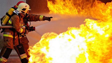 Most érkezett, oltják a tüzet Budapesten