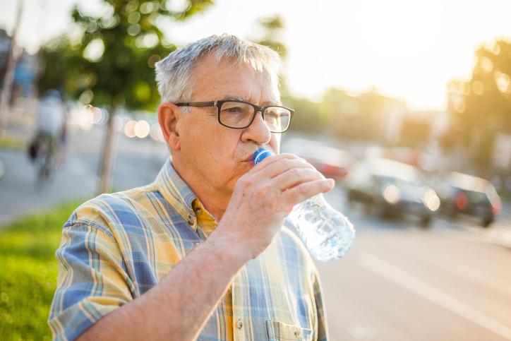 Napi folyadékbevitel: mit és mennyit igyanak a nagyszülők?