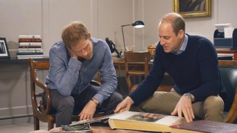 Diana hercegnő órákkal a halála előtt Vilmost és Harryt hívta