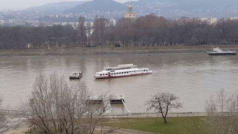Kigyulladt egy Budapest felé tartó hajó a Dunán, 190 embert mentettek ki